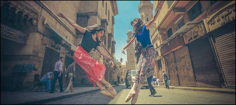 قاہرہ کی سڑکوں پر رقصاں خواتین بیلے ڈانسرز
