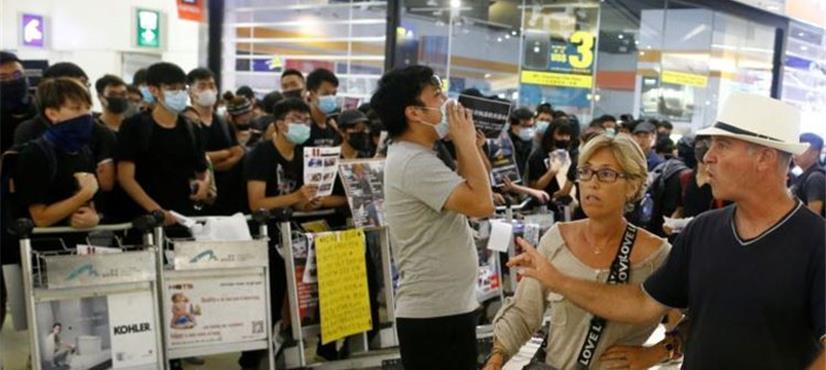 ہانگ کانگ: احتجاجی مظاہرین کا ائیرپورٹ پر قبضہ، تمام فلائٹس منسوخ