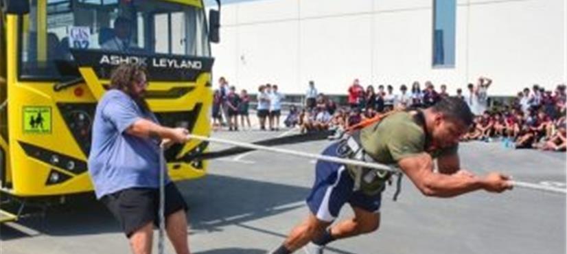 دبئی، طاقتور شخص نے 9 ٹن کی اسکول بس کھینچ کر سب کو حیران…