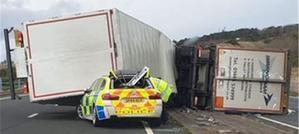 برطانیہ میں تیز ہوائیں، ٹرک پولیس کار پر الٹ گیا