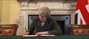 برطانوی وزیراعظم کےبریگزٹ عمل شروع کرنے کےخط پردستخط